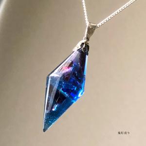 ダーク魔法使いのネックレス。 ガラスのような蓄光するペンデュラムレジン シャンデリアシンプルネックレス