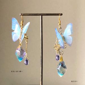 虹色に誘う蝶々 シャボン玉のような鉱石レジンとカラーチェンジ雫とシフォン蝶 ピアス イヤリング 魔法