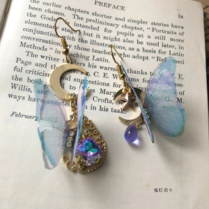 月と戯れる蝶々。 月とシフォン蝶とカラーチェンジする雫付き 魔法のようなピアス イヤリング