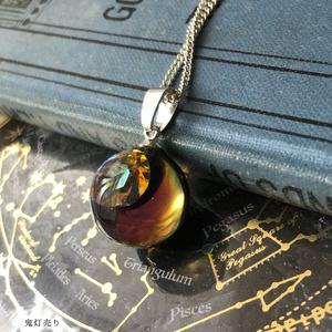 土星に魅入られて。 見る角度で色合いが変わる魔法のような球体宇宙レジンネックレス