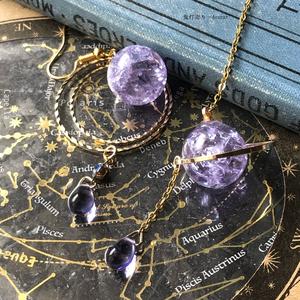 紫と水色の魔法惑星。 蛍光灯で水色、太陽光で紫にカラーチェンジする魔法のような天球儀と惑星ピアス イヤリング
