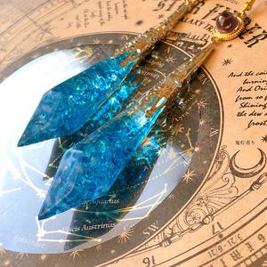 氷の国の魔法杖。 ガラスのような当店限定オリジナルペンデュラム シャンデリア  雫 色変化球体付きピアス イヤリング