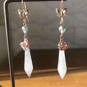 オーロラ水晶と薔薇胡蝶のシャンデリアピアス