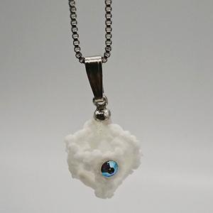 氷と霜とクリスタルのペンダント