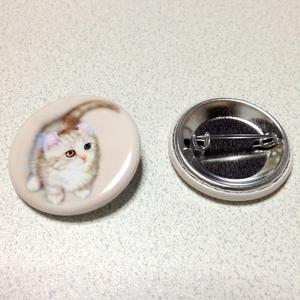 【雑貨】缶バッジ:幸福のにゃんこ(キンカロー:オッドアイ)