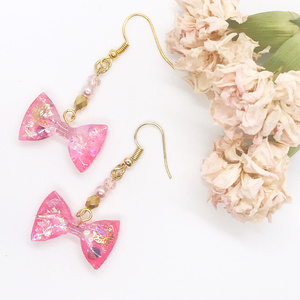 蝶々が飛ぶピンクリボンのレジンピアス