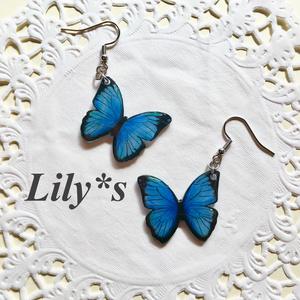 揺れるモルフォ蝶のピアス