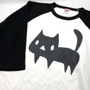でっかい黒ネコ ラグランTシャツ【ホワイト/ブラック】(あんしんBOOTHパック(匿名)で自宅から発送【ネコポス370円】)