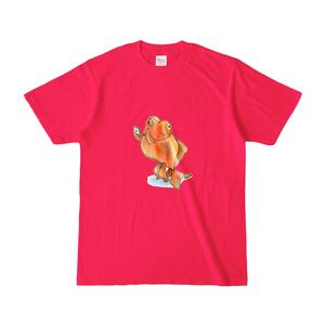 スマホを使いこなす二足歩行金魚Tシャツ(濃桃)