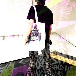 レンチがスモークにFMG-9を渡した記念バッグ