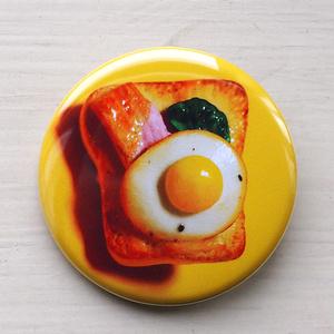 【新作】目玉焼きのせパンの缶バッジ