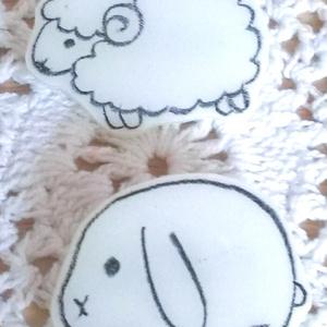 白い生き物ブローチ