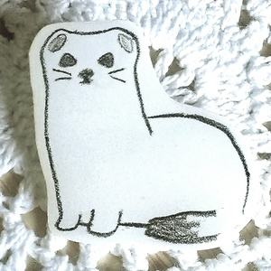 白い生き物ブローチ2