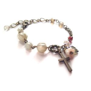 小さな祈りと白い花 ブレスレット