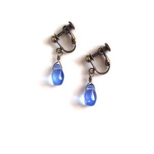 青い雫のイヤリング