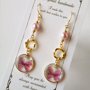 ピンクの蝶々ピアス