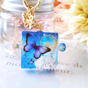 パズルピースネックレス・青い蝶と月A