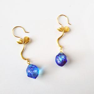 青い鉱石の実ピアス・イヤリング