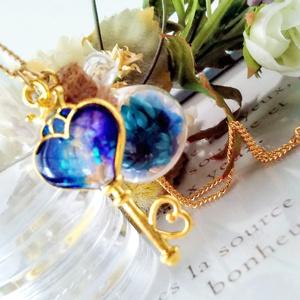 ハート型王冠鍵と花小瓶のネックレス【ブルー・ピンク】