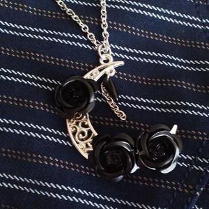 月と黒薔薇のロングネック