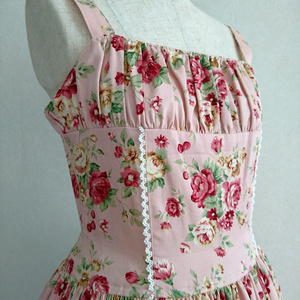 胸元シャーリングの花柄ジャンパースカート