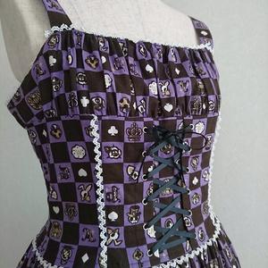 胸元シャーリングのアリス柄ジャンパースカート