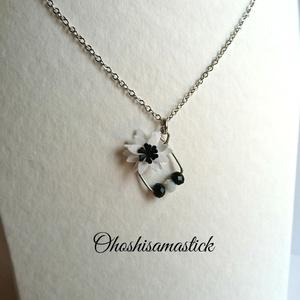 白と黒の しかくいネックレス