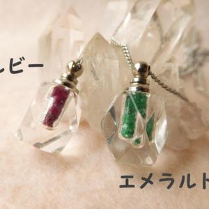 香水瓶のペンダント【角瓶】