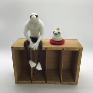 「うざえもん」と「もちさん(鏡餅 ver.)」と「赤い座布団」
