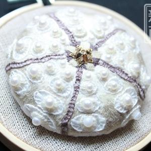 バクダンウニの刺繍ブローチ