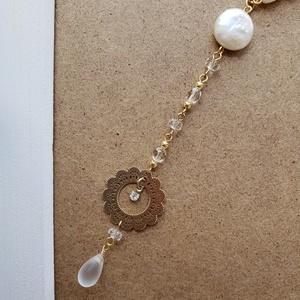金と白のネックレス