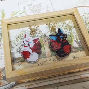 【再販6】白・黒狐と彼岸花 アクリルキーホルダー