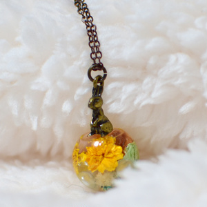 花とウサギのネックレス