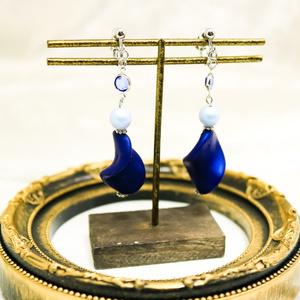 大ぶりベルベットブルーの螺旋状ピアス イヤリング交換可能 金具の色が選べます