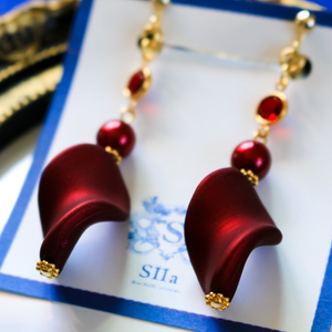 秋カラー*フレームストーンとスワロフスキーパールとベルベット感のある個性派赤色ピアス