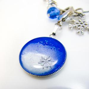 冬の澄んだ雪景色のバックチャーム ブルー×ホワイトパール シルバー金具