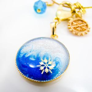 晴れた早朝の雪景色のバックチャーム ホワイト×オーシャンブルー ゴールド金具