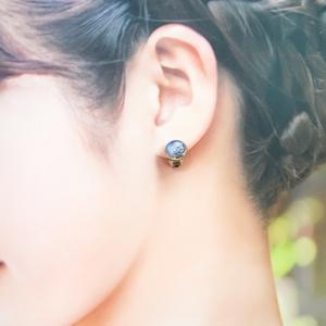 ちいさなまるい 四つ葉のクローバーイヤリング ブルー×ホワイトメタル 蝶バネ式 シルバー金具