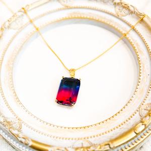 スクエア型のグラデーションガラスのネックレス ブルー×マゼンダ ゴールド金具 16kgf