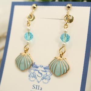 ガラスビーズと貝殻のイヤリング スカイブルー ゴールド金具