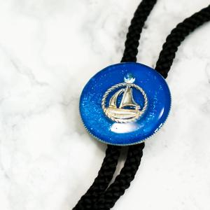マリンテイストのループタイ ヨット シアン×シアンラメ シルバー金具