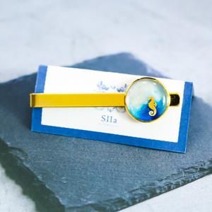 マリンテイストのネクタイピン タツノオトシゴ ホワイト×オーシャンブルー ゴールド金具