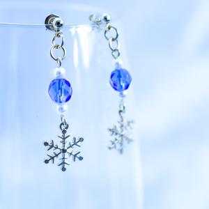 チェコガラスと青い雪の結晶ピアス サファイア イヤリング変更可能