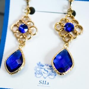 ロイヤルブルーのcrystal glassイヤリング ゴールド金具