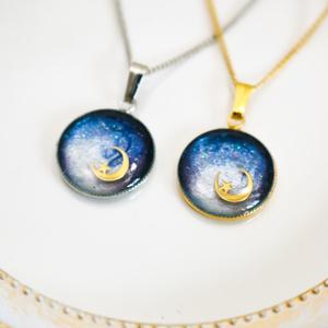銀河に浮かぶ三日月ネックレス ネイビー×ホワイトパール 金具の色が選べます