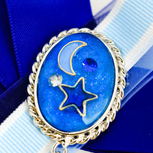 月と星の輝く宇宙りぼんブローチ ロイヤルブルー シルバー金具シンプルタイプ