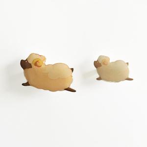 ヒツジ プラ板ブローチ