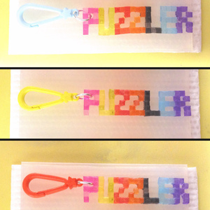 「PUZZLER」BGAロゴ風・5×3ドット文字チャーム
