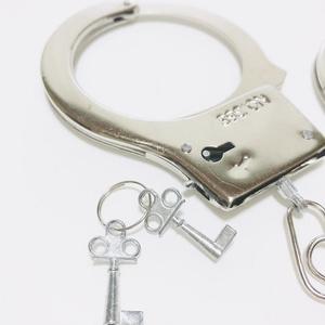 手錠 おもちゃ ハンドカフス コスプレ グッズ 警察 ポリス 送料無料 即日発送