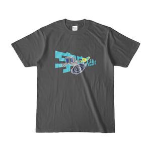 宇宙人と悪い梨イラストTシャツ(チャコール)
